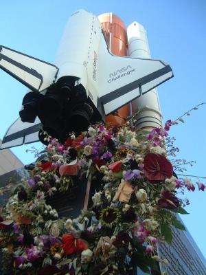 シャトル・チャレンジャー号の記念碑にささげられた献花=ロサンゼルスで2日、伊藤千尋撮影=2003年2月2日