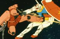 「赤い彗星」の異名をとるシャア専用のザク(左)に攻撃を受けるガンダム