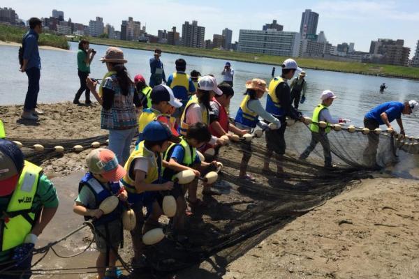 柴島干潟で開かれた「水辺教室」=2014年5月