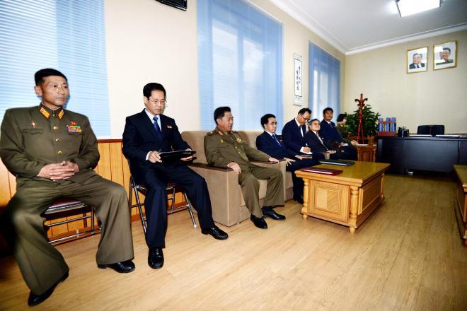 特別調査委員会が使用する庁舎で、伊原純一外務省アジア大洋州局長らと遺骨問題の分科会に臨む北朝鮮当局者ら=2014年10月29日、代表撮影