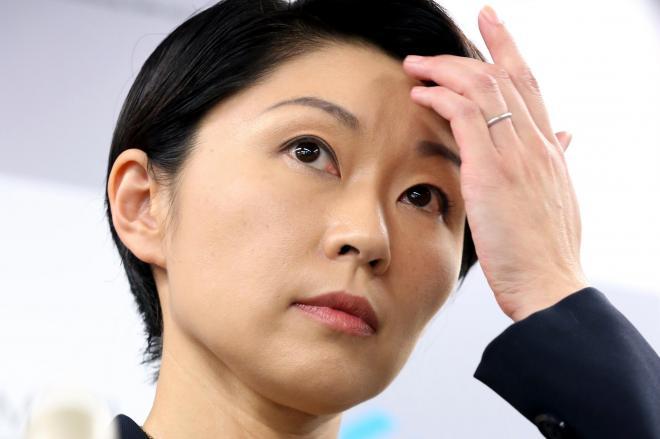 苦渋の表情で辞任会見に臨む小渕優子氏=2014年10月20日