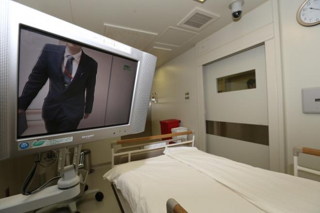 公開された国立国際医療研究センター新感染症棟の病室。外にいる人とモニターを通じて会話ができる