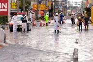 流山街道は松戸市古ケ崎付近で道路が水につかるなどして交通規制が行われた=2014年10月6日、松戸市