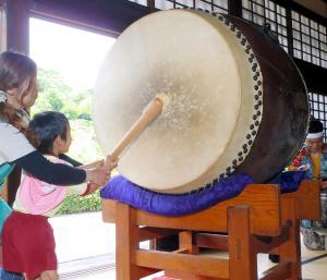 6月10日の「時の記念日」大太鼓を鳴らす幼稚園児=静岡県掛川市