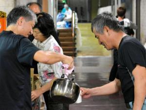 台風19号の時の沖縄県那覇市の避難の様子。避難所となった施設では、お湯やレトルト食品が準備された=2014年10月11日