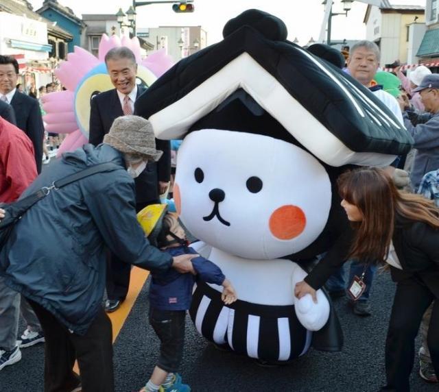 新市庁舎完成記念のパレードでは、市の新マスコットキャラクター「とち介」も練り歩いた=栃木市の蔵の街大通り 、平井隆昭撮影