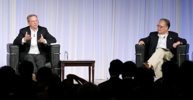 グーグルのエリック・シュミット会長(左)と村上憲郎元グーグル日本法人名誉会長=4日午後、東京都中央区、山口明夏撮影