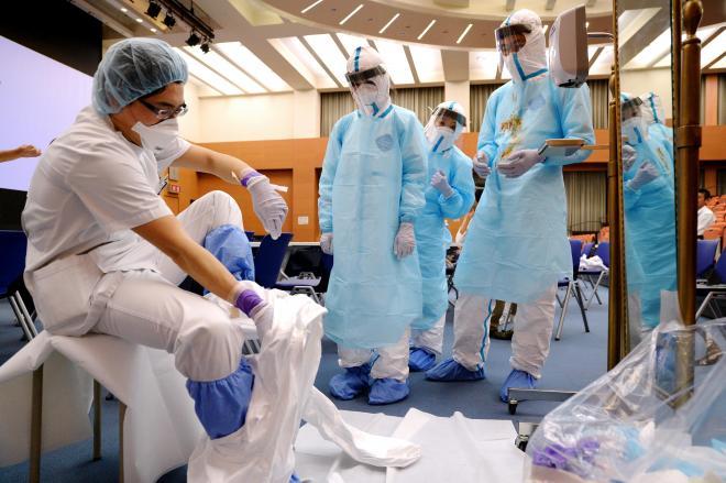 防護服の着脱訓練をする医師たち=2014年11月5日、大阪市都島区の市立総合医療センター、伊藤進之介撮影