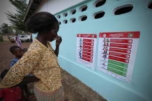 コートジボアールの学校でエボラ出血熱の予防についての掲示を見る女性