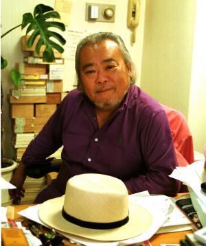 徳大寺有恒さんと愛用のパナマ帽=2001年6月12日、東京都千代田区三番町で