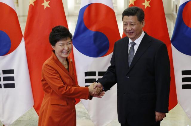 習近平国家主席と握手する韓国の朴槿恵(パククネ)大統領=2014年11月10日