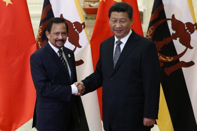 習近平国家主席と握手するブルネイのハサナル・ボルキア国王=2014年11月10日