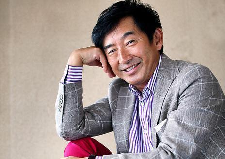 イタリア製のジャケットとパンツを着こなし、素足をチラ見せする石田さん