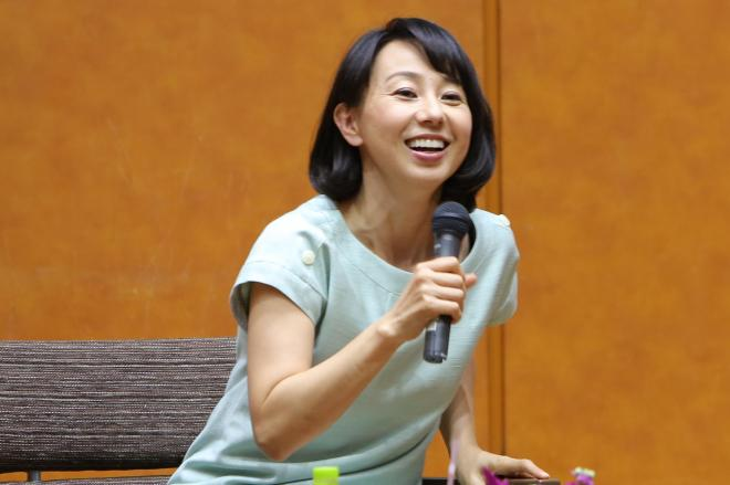 トークショーで会場を沸かす東尾理子さん=東京都中央区、11月8日、伊藤菜々子氏撮影