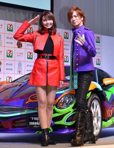 「エヴァ オロチ」をPRした、熱心なエヴァファンという加藤夏希さん(左)とDAIGOさん