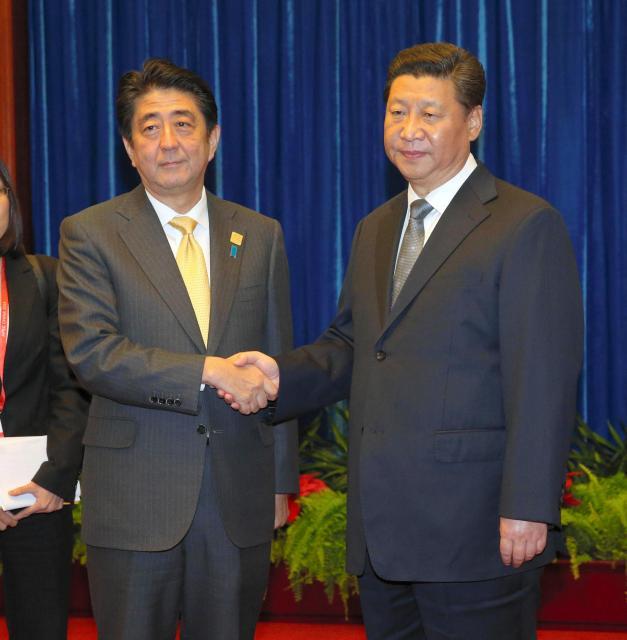 習近平国家主席と握手する安倍首相