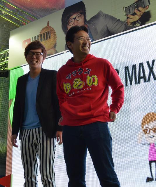 会場に現れたヒカキンさん(左)とマックスむらいさん=11日、東京・新宿で
