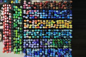 赤系、緑系、青系…カラーペンが並ぶ岸本さんの作業机