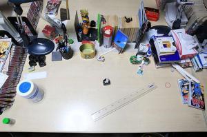 岸本斉史さんの仕事場の作業机。ドラゴンボールの孫悟空のフェギュアが立っている