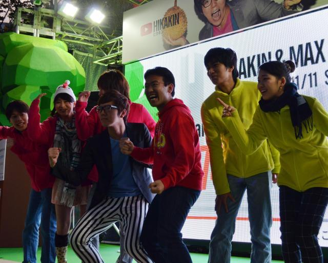 記念撮影するゲームの参加者=11日、東京・新宿で