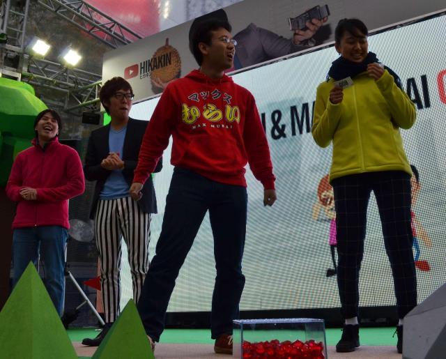 ゲームの参加者に気合を入れるマックスむらいさん(右から2人目)=11日、東京・新宿で