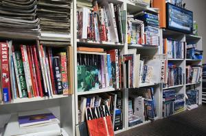 岸本斉史さんの仕事場の本棚