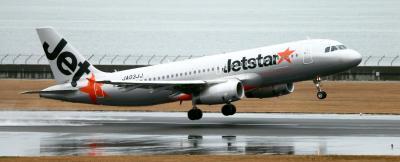 中部空港初便の乗客を乗せ、離陸するジェットスター・ジャパンの機体=2013年3月31日