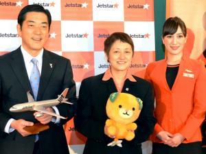 ジェットスター・ジャパンの鈴木みゆき社長(中央)=2013年3月14日