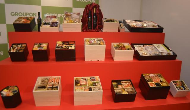 会場に並べられた17種類のおせちのサンプル