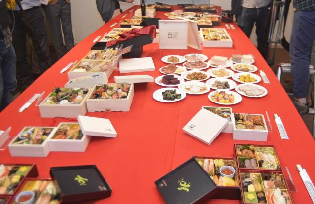 発表会場には出席者向けに試食用のおせちも用意された