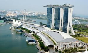 カジノを収益の柱にする統合型リゾート「マリーナ・ベイ・サンズ」=2014年10月10日、シンガポール、都留悦史撮影