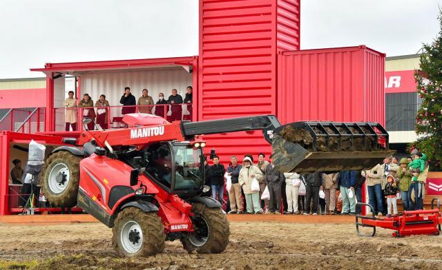 デモンストレーションフィールドではフランスのマニトウ社の農業用車両を使ったアクロバットが披露された=2014年11月7日、江別市、恵原弘太郎撮影