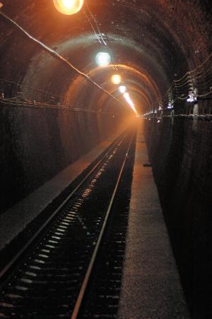 遊歩道として整備された旧大日影トンネルの内部=甲州市勝沼町で
