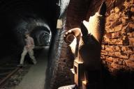 レトロなトンネルに突然、現われる現代風オブジェ。地元から「何これ・・・」という声も=甲州市勝沼町