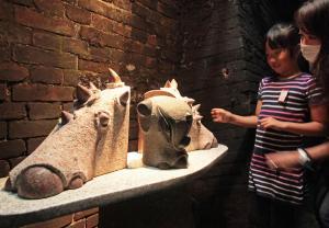 鉄道遺産「大日影トンネル」に飾られたオブジェ。「面白い」という声も