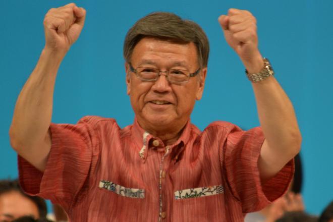 新しい沖縄県知事に当選確実となった翁長雄志氏=9月13日の出馬会見で