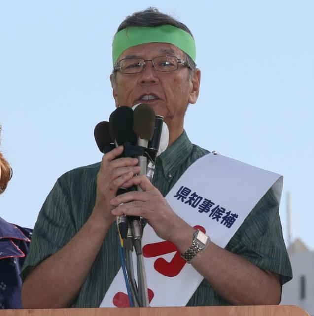 第一声を上げる翁長雄志氏=2014年10月30日、那覇市、上田幸一撮影