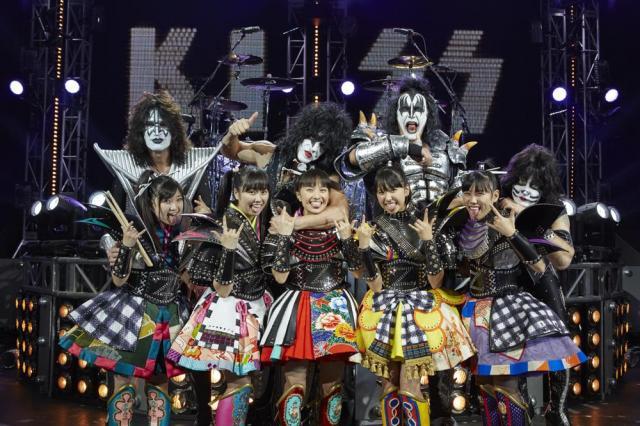 KISSのメンバーに羽交い締めにされる百田夏菜子(中央)ら=Hiroshi Manaka氏撮影