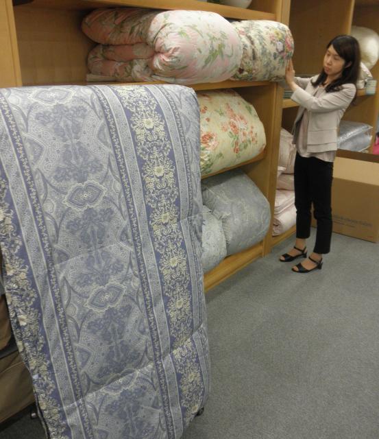 西川産業の羽毛布団=2013年6月5日の朝日新聞