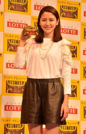 CM劇中の軽快なファッションの長澤まさみさん