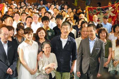 長崎県平戸市での「あなたへ」上映会に参加した、降旗康男監督(左)、綾瀬はるかさんらと=2012年8月16日