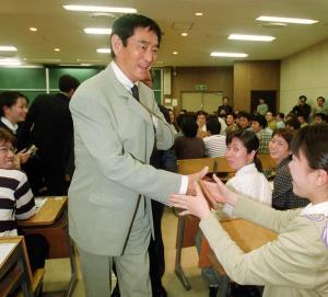九州大学を訪問した高倉健さん=2001年、福岡市中央区