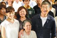 綾瀬はるかさん(左)と上映会に臨んだ高倉健さん=2012年8月16日