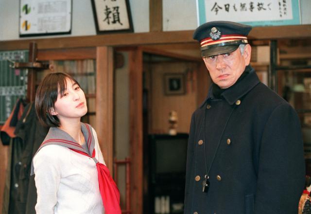 「健さんからはあんパンを差し入れでいただきました」と話す広末涼子さん(左)と高倉健さん=1999年3月18日