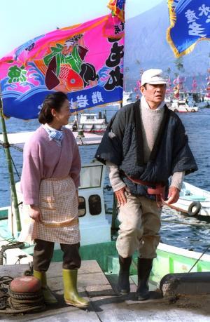 主演映画「ホタル」のロケに臨む、高倉健さん(右)と田中裕子さん=2001年1月10日、鹿児島県垂水市