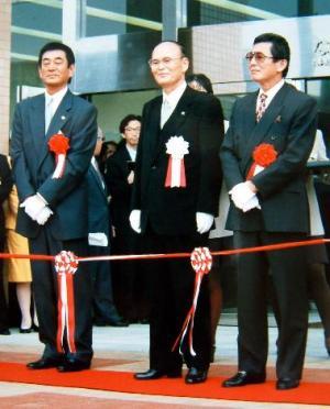 福岡県中間市民会館のオープン式典に参加した、同市出身の元プロ野球選手・仰木彬さん(右)と高倉健さん=1996年11月1日、同市提供