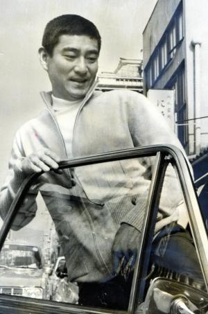 当時の映画では見せない、くつろいだ表情の高倉健さん=1971年5月6日、京都・三条で