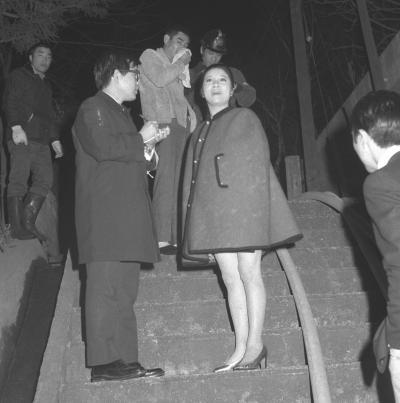 高倉健さん・歌手江利チエミさん夫妻の東京都世田谷区の木造二階建住宅が火事になり全焼。テレビ出演の仕事場から駆けつけたチエミさん(中央)。後方にいるのが、ジャンパー姿で消火に当たった高倉さん=1970年1月21日