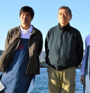 6年ぶりとなる主演映画「あなたへ」の撮影を終えた高倉さん(右)と、共演した佐藤浩市さん=2011年11月、北九州市門司区