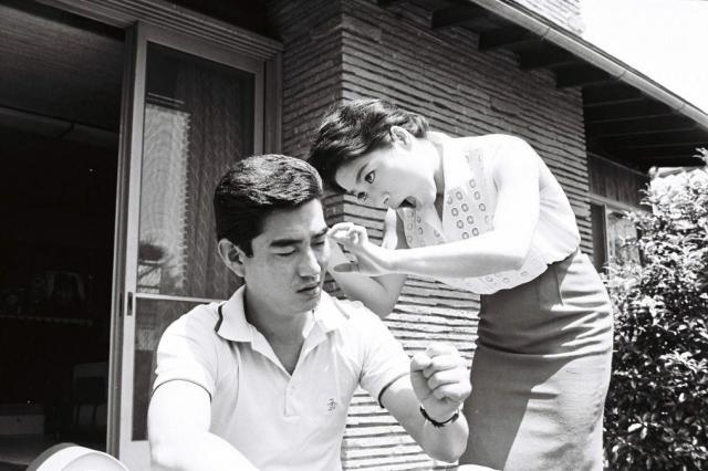 結婚当時の高倉・江利夫婦=1962年6月15日、東京都内の自宅で
